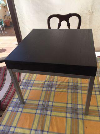 Se vende mesa pequeña o butaquita para sentarse