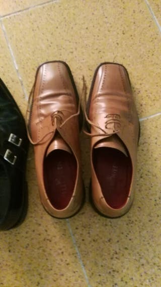 Zapatos de hombre de marca n,43 loa dos pares 13€