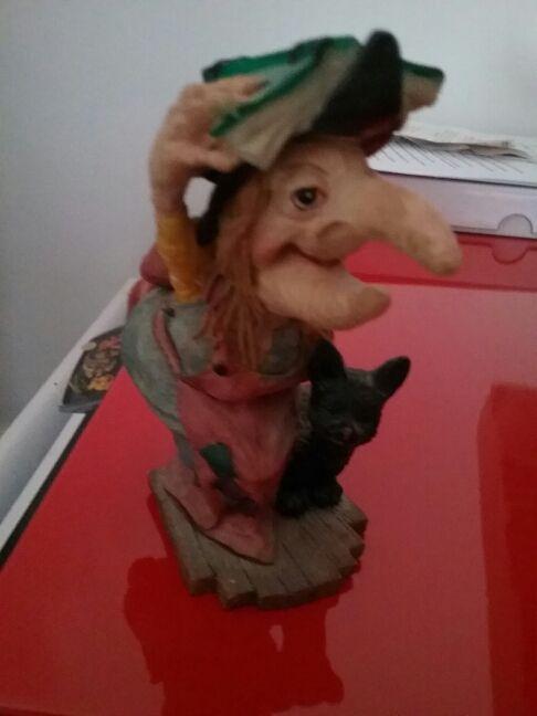 Figurita bruja y gato