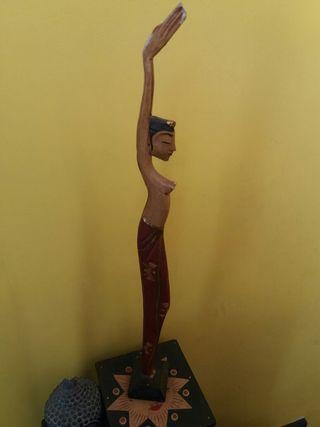 Figura etnica d madera tallada