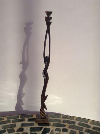 Mujer tallada en madera a mano