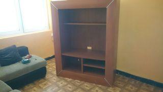 Mueble de sala, en muy buenas condiciones,con detalles en aluminio y estantes en sus columnas,