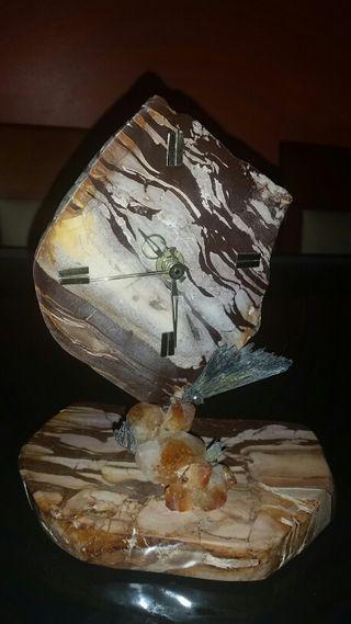 Reloj en marmol y minerales de adorno