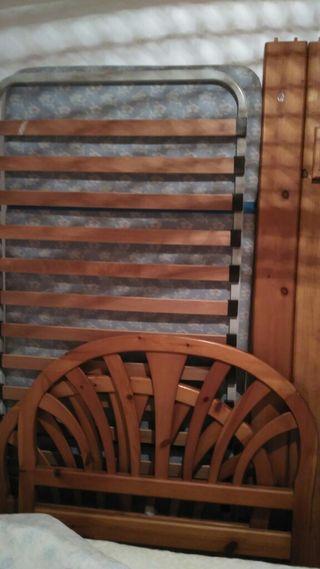 cama de 90 pino mazizo con mesita y lamparita.