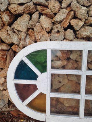 Puerta blanca con vidriera