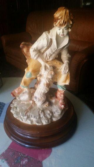 Figura de porcela sobre pie de madera