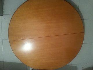 Mesa redonda de madera y cuatro sillas