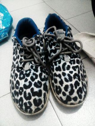 Zapatillas deportivas con estampado animal print leopardo en ris y negro azulones