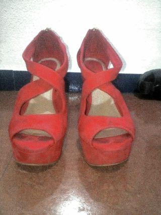 Zapatos rojos plataforma cn tacón en cuña corrida.