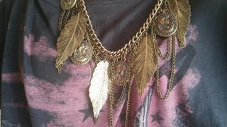 Collar dorado de plumas y monedas