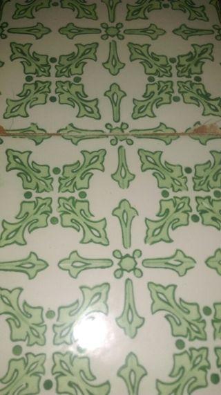 Azulejo muy antiguo son dos piesaz