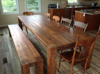 Mesa con bancos de madera