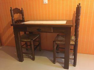 Mesa y dos sillas rústicas