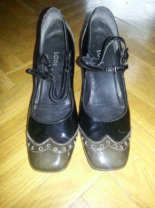 zapatos negros y marrones