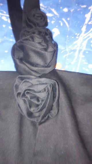 Traje de fiesta negro un tirante, con 4 rosas sin estrenar, con la etiqueta, marca blanco,