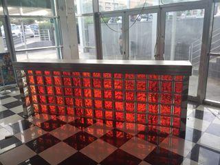 Barra de bar ladrillo rojo con luz y sobre acero