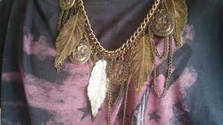 Collar dorado con plumas y monedas