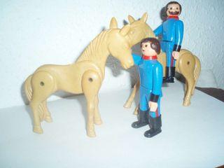 Dos airgam boys bomberos con dos caballos