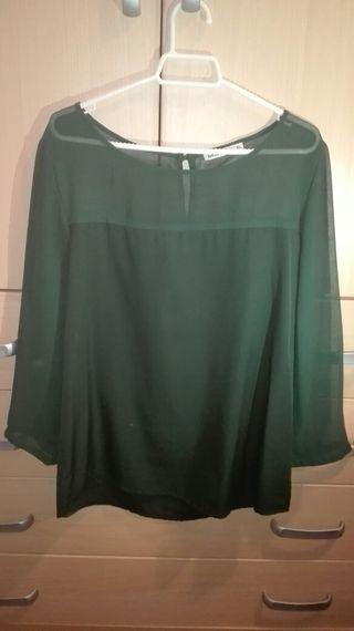 Blusa verde oscuro.