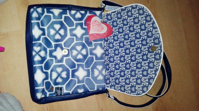 Bolso azul estampado con etiqueta