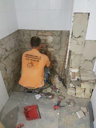 Hola somos equipo de 6 oficiales de primera€ realizamos todo tipo de trabajo en construcción Albañilería. Fontanería. Pintura. Electricidad. Capinteria, Pladur, Escayola etc.