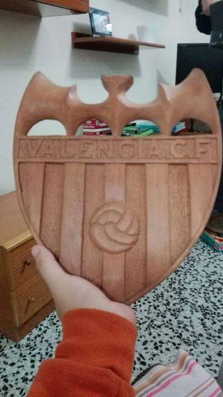 Escudo del valencia tallado en madera
