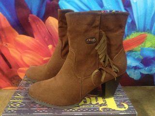 Se vende botas de mujer semi nuevas