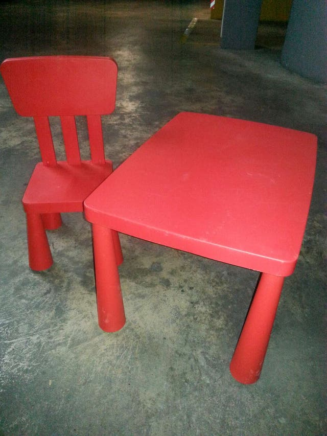 mesa dos sillas y una estanteria a juego