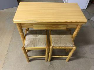 Mesa de pino y taburetes