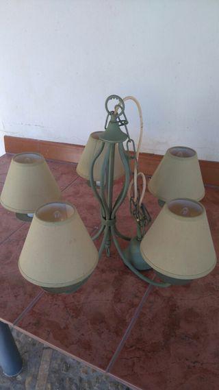 Lámpara de techo color verde.