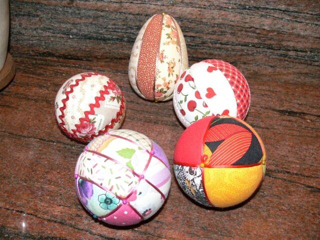 Bolas de porexpan forradas con telas.