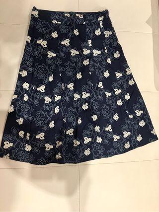 Falda azul con flores blancas talla 34