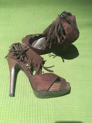 Zapatos de tacón con flecos
