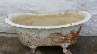Bañera antigua de hierro del siglo XIX