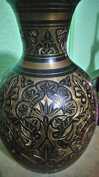 Búcaro bronce bonito bonito,y tallado
