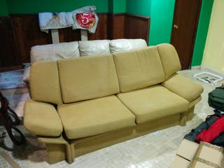 Sofá tapizado de estructura metálica
