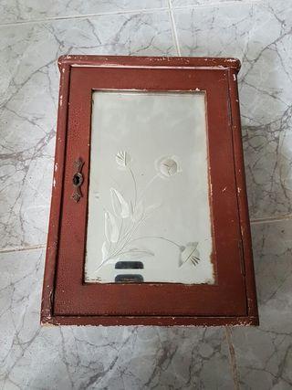 antigua caja de pared con espejo