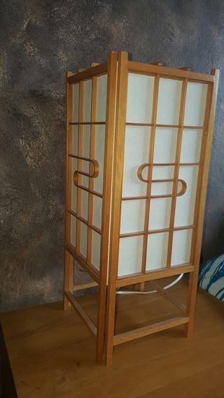 Cama tatami, mesita de noche, lámpara de mesa