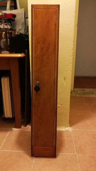 Armero de madera con llave.