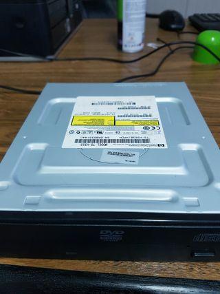 dvd rom para ordenador sobre mesa