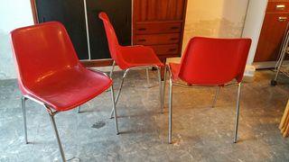 Cuatro sillas tipo vintage industrial.