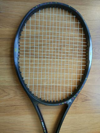 Raqueta tenis marca Wilson.