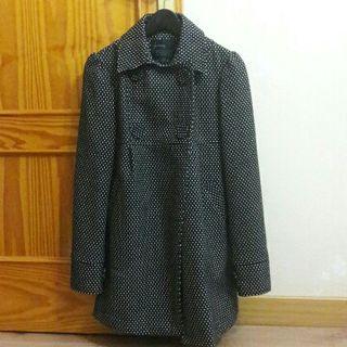 Abrigo negro con puntos blancos Stradivarius