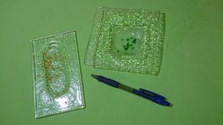2 ceniceros de cristal fundido. Verde mostaza.