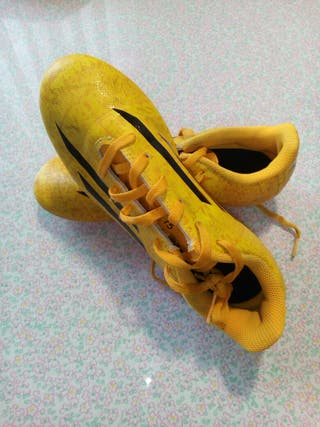 Botas de futbol Adidas.