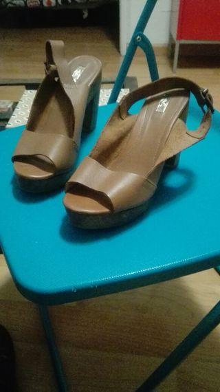 Sandalia piel con tacón, talla 38.
