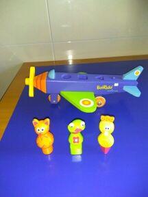 Avión juguete de madera con muñecos infantiles