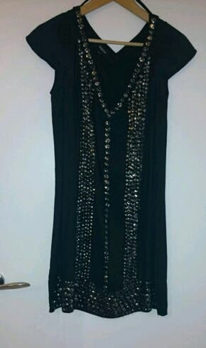 Vestido negro con lentejuelas plateadas