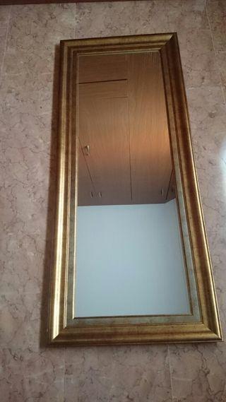 Espejo con marco dorado.