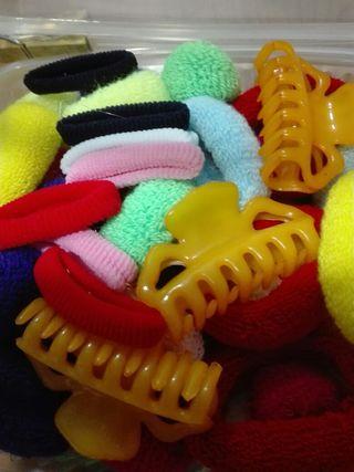 Gomas para el pelo una caja de pinzas y gomas